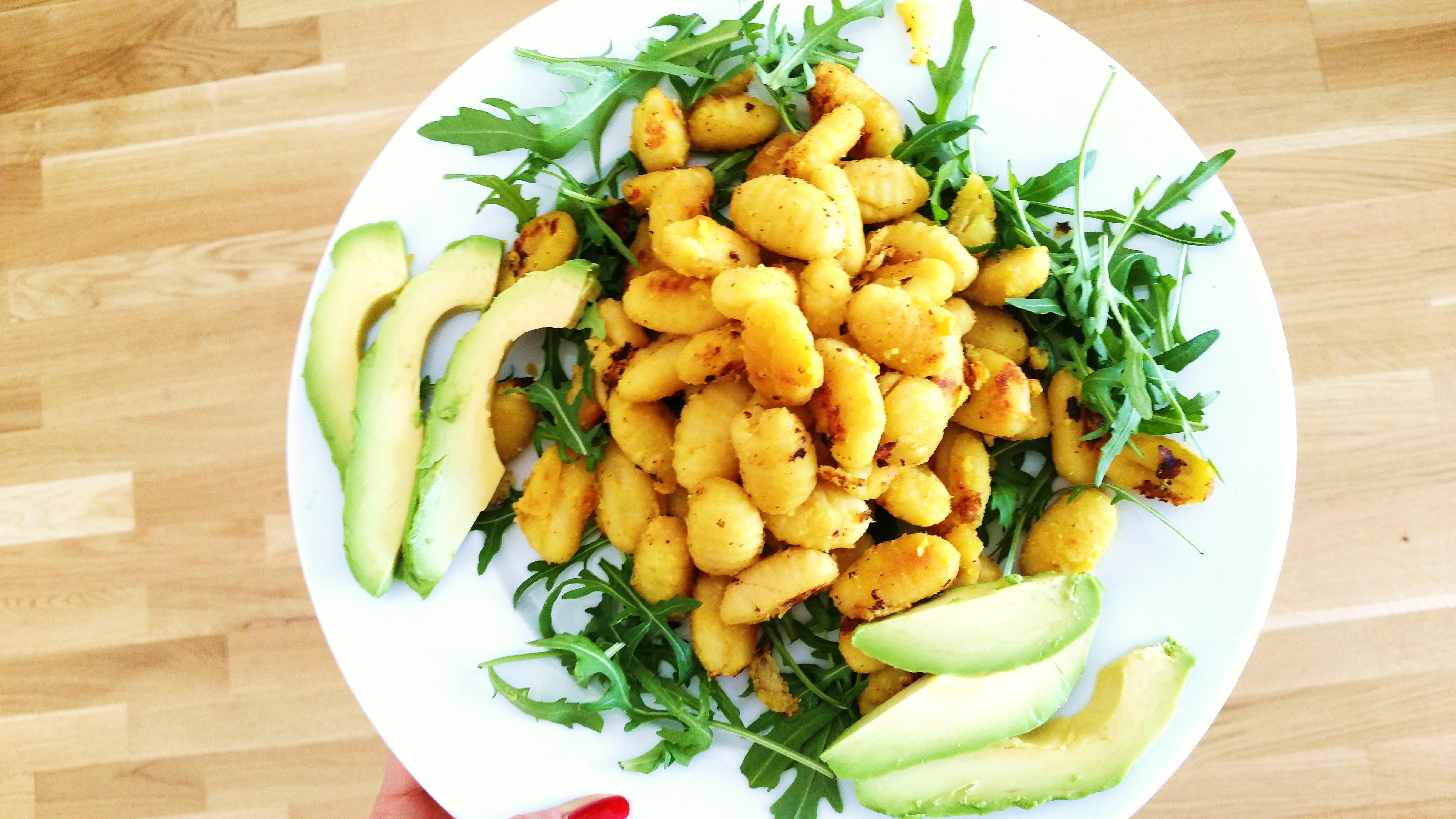 gnocchi auf rucolabett mit datteln, nuss und kokos für die ... - Schnelle Vegane Küche